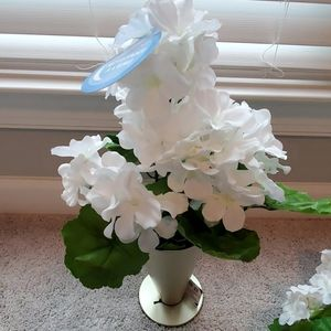 NWT  WHITE FLOWER BOUQUETS